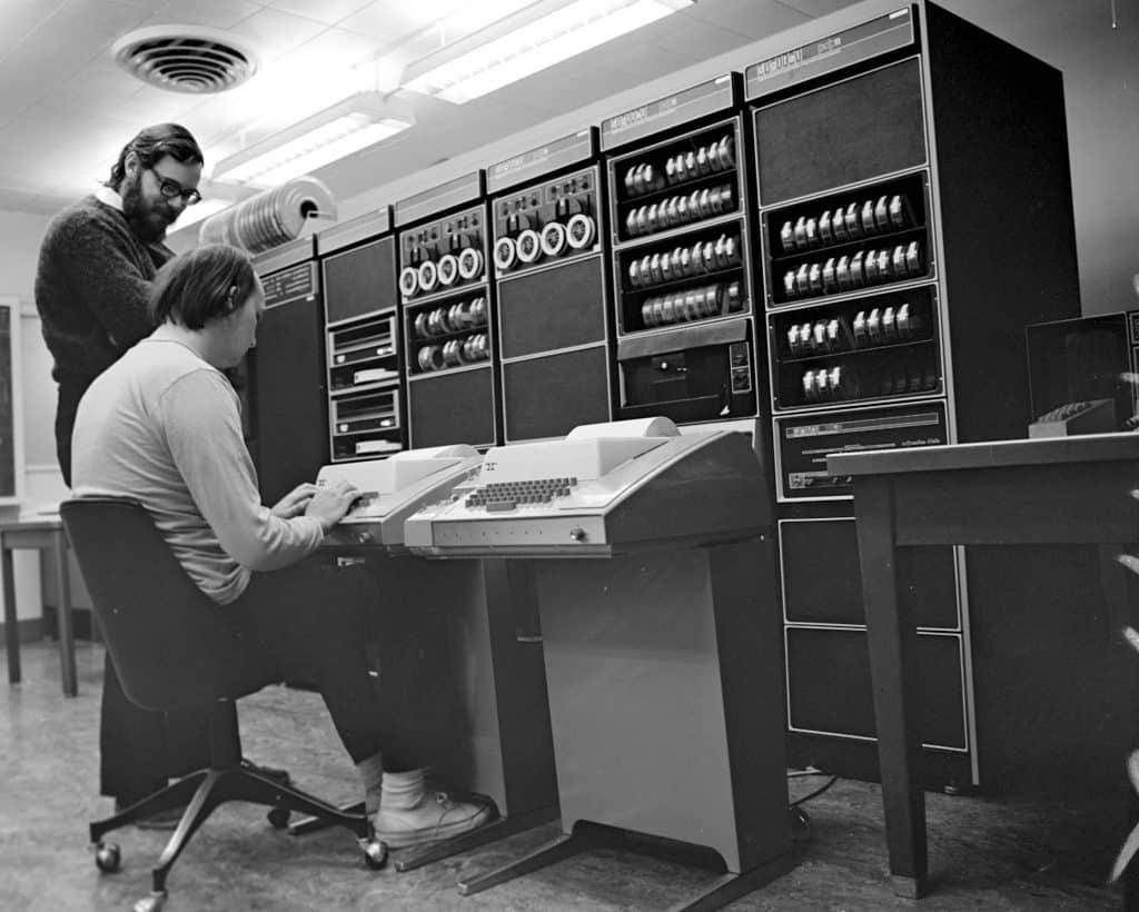 Ken Thompson (oturan) ve Dennis Ritchie birlikte çalışırken
