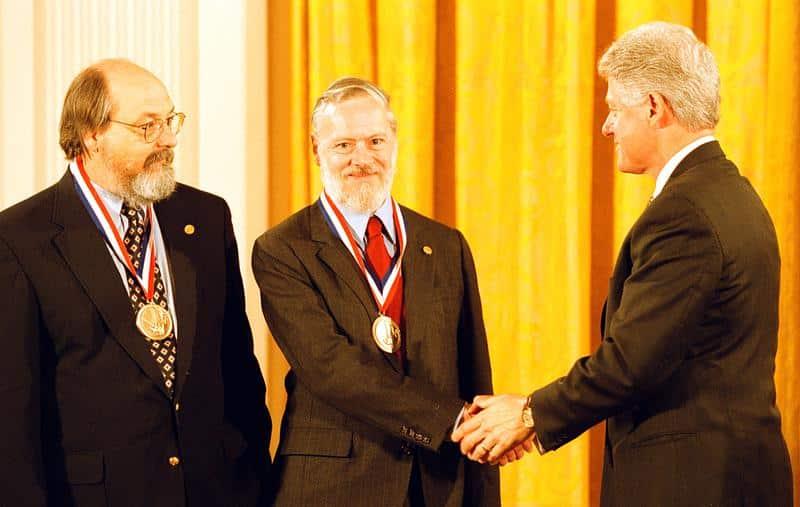Bill Clinton'dan ödül alırken.