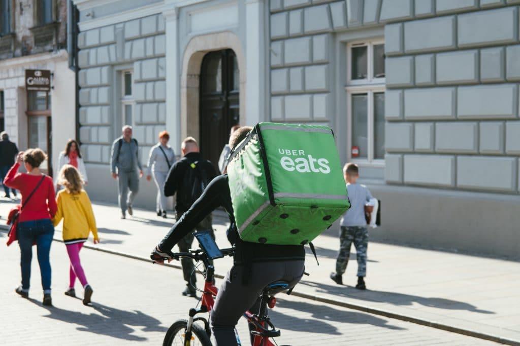 Uber eats taşıyan bisikletli