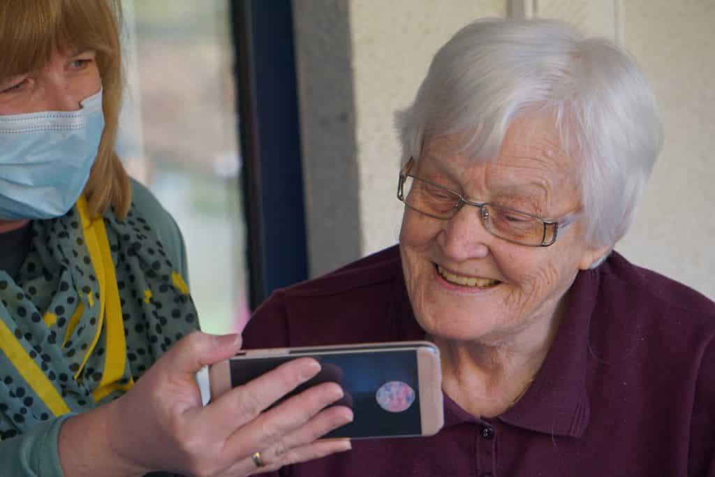 Telefona bakan yaşlı teyze