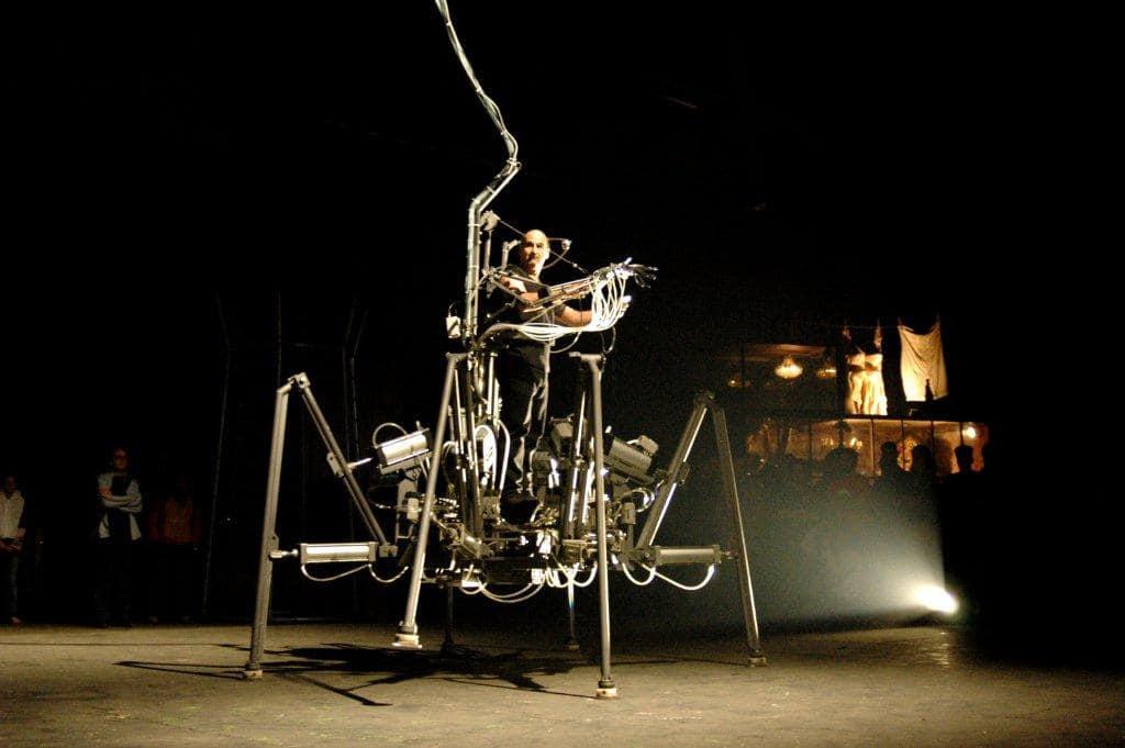 performans sanatları ve teknoloji kavramını niteleyen örümcek bacaklı dış iskelet görseli