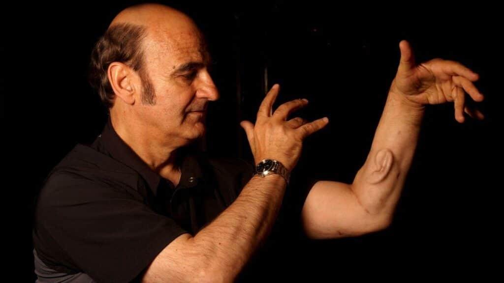 performans sanatları ve teknoloji kavramı için koluna kulak yaptıran sanatçı