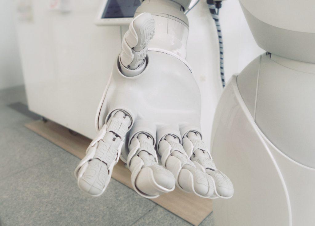 elini uzatan bir robot