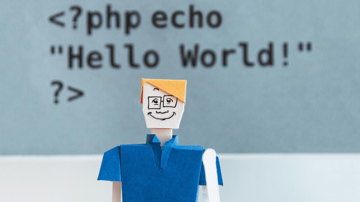 gözlüklü bir adam ve arkasında bir kaç kod