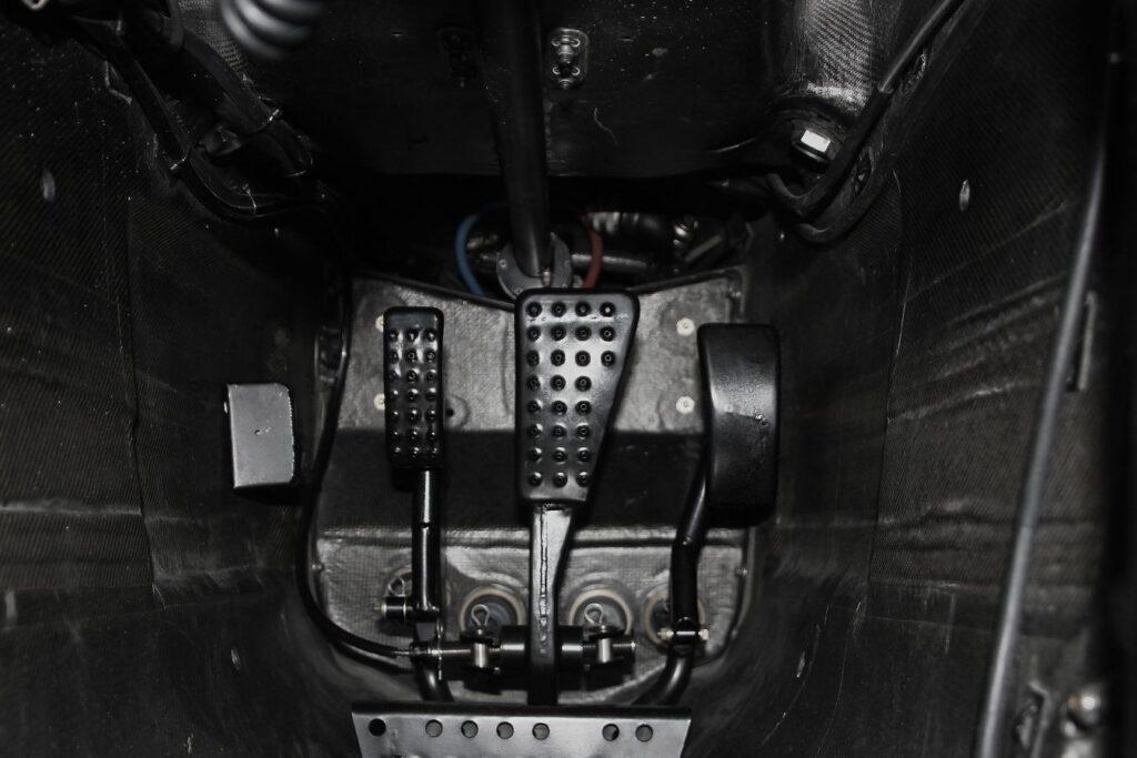 Formula-Yasaklanan-Teknolojileri-McLaren-arka-fren-pedalı