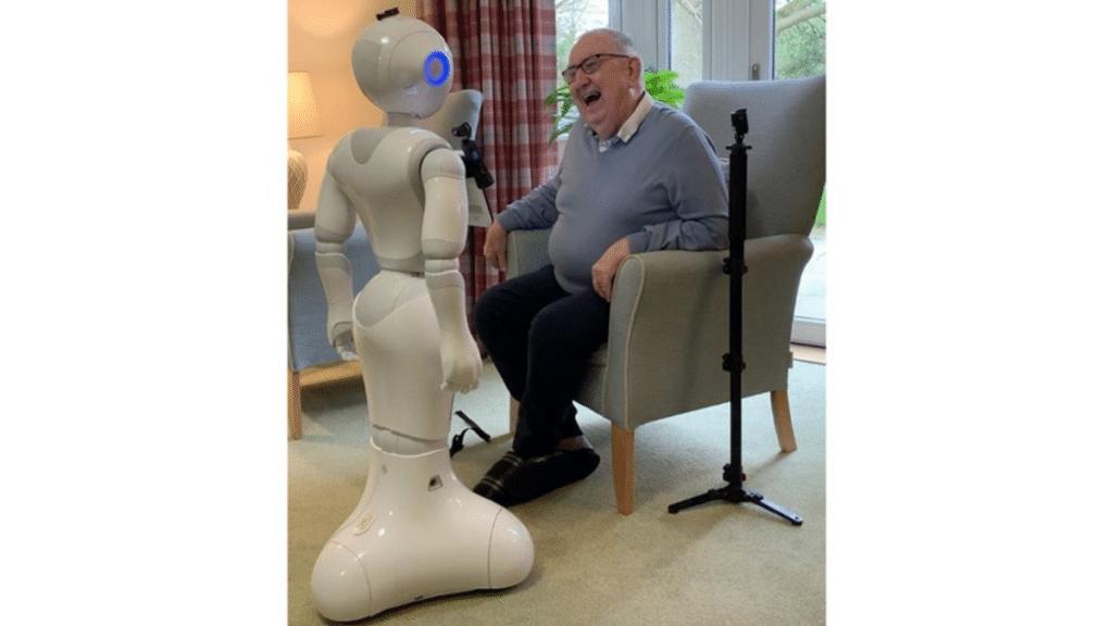 Akıllı robot Pepper ve yaşlı bir insan.