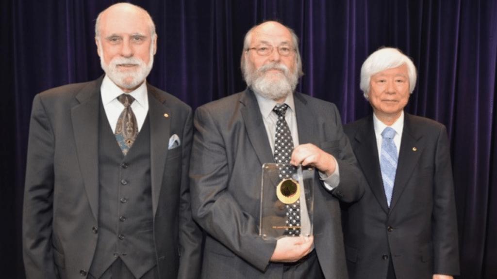 Thompson Japonya Bilim Ödülü'nü alırken.