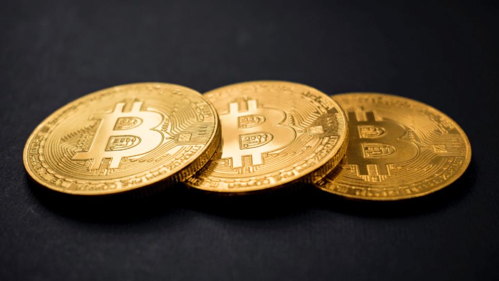 bitcoin ve siyah arka plan