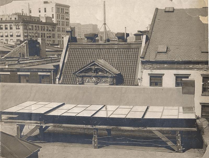 1884 yılında New York'ta bir evin çatısına kurulan güneş paneli.