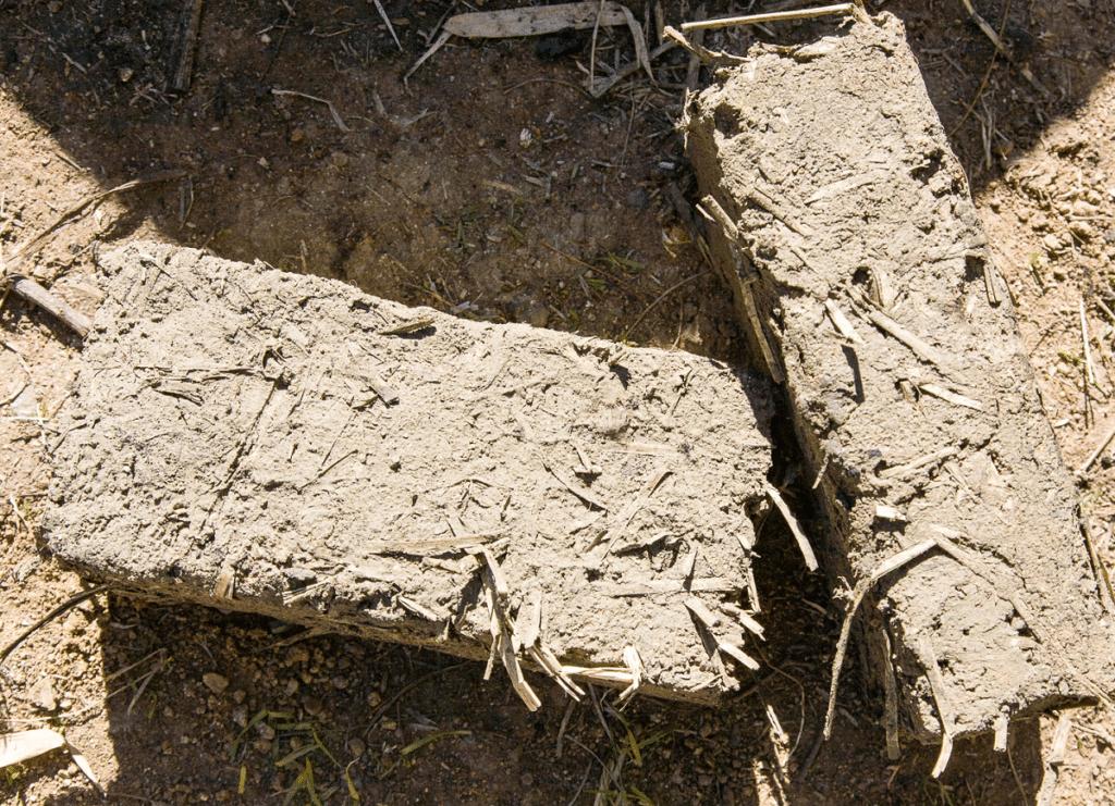 Kuru çamur ve saman birleşimi ile elde edilen ilkel kompozit