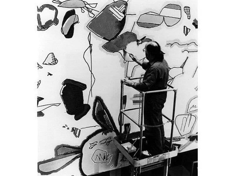 Harold Cohen, AARON'un çizdiği bir eseri renklendiriyor.