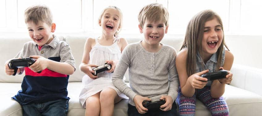 Video Oyunu Oynayan Çocuklar