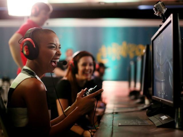 Video Oyunu Oynayan Gençler