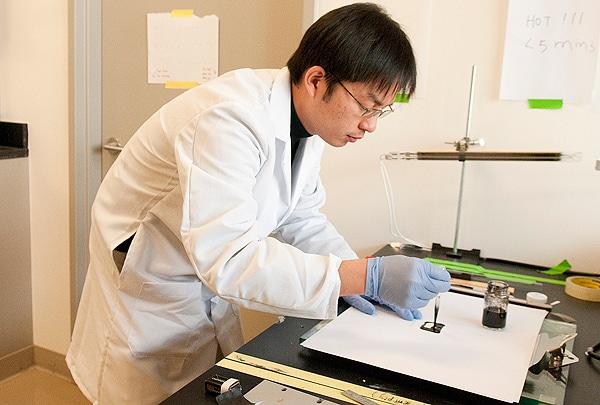 Stanford Üniversitesi'nde kağıt pil üzerine çalışan Yi Cui