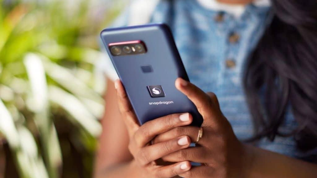 Qualcomm ve Asus imzası taşıyan Snapdragon logolu telefon