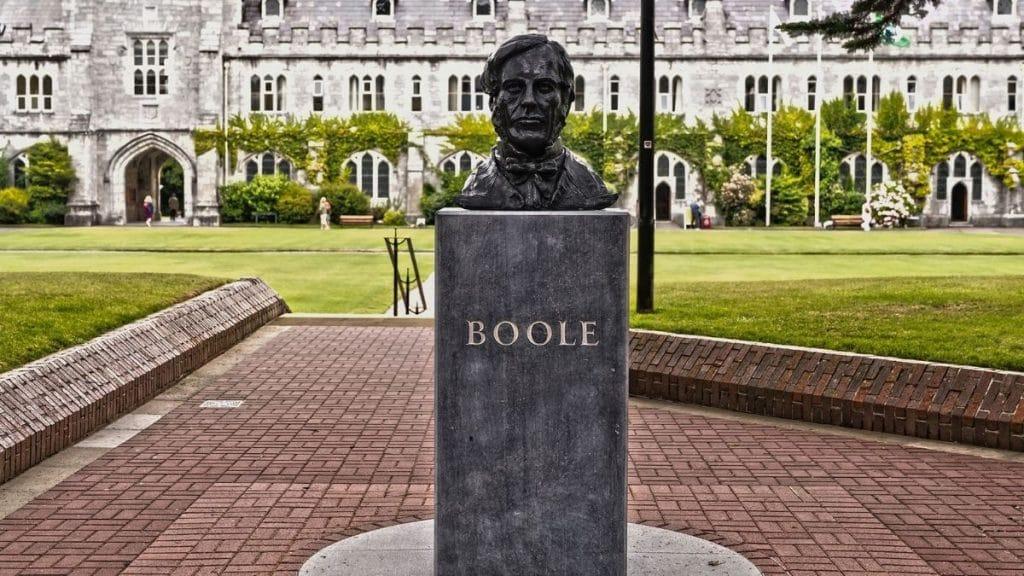 George Boole büstü